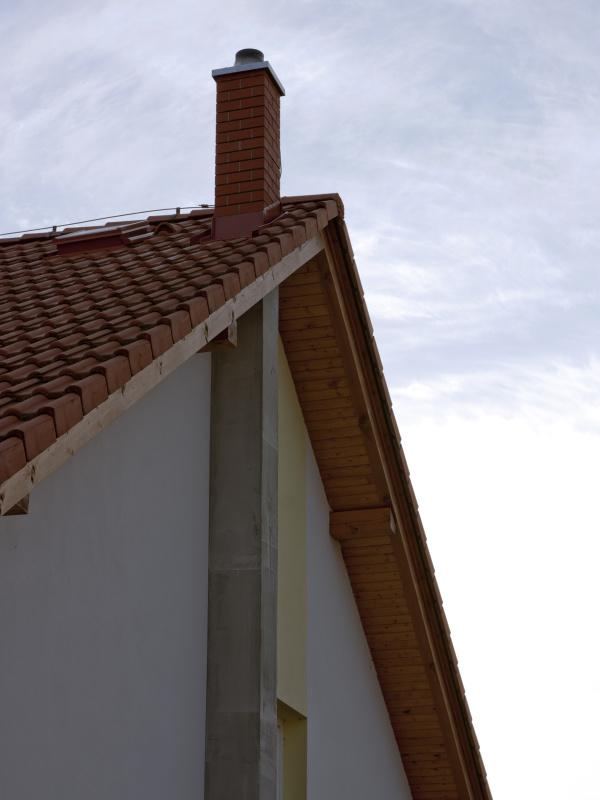 Zděný komín vně budovy